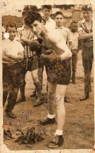 Rubens ostenta pose de boxeador e a cabeleira (grande para a época) que lhe rendeu o apelido de Sansão/Arquivo Rubens San
