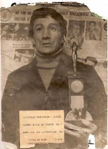 San recebe o troféu de honra ao mérito, em 1973/Arquivo Rubens San