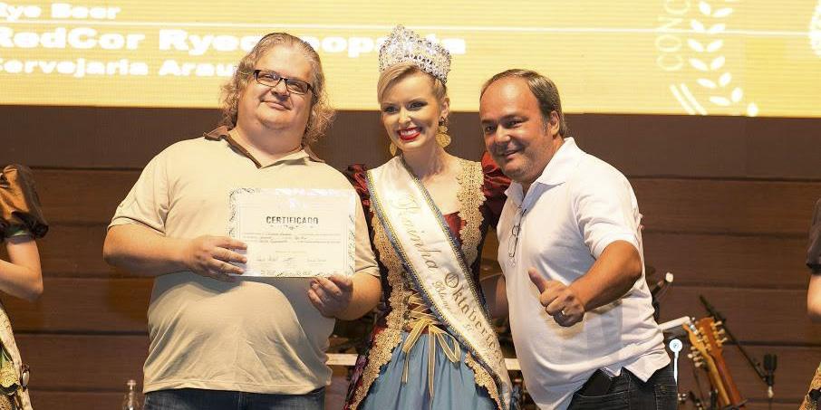 David e Edvaldo recebendo prêmio no Festival Brasileiro da Cerveja em 2016