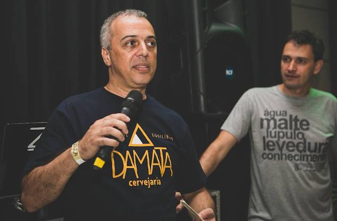 Há um ano atrás, Claudio Cerqueira lançava a Da Mata no Instituto da Cerveja. Ao fundo, o mestre cervejeiro Alfredo Ferreira, autor das receitas