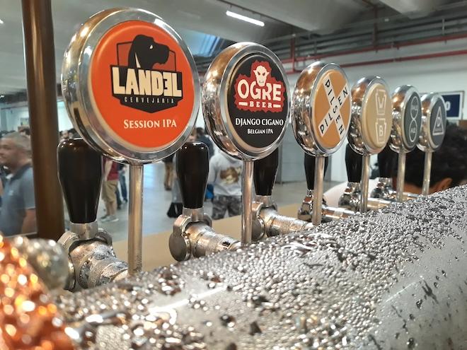 Chopeira do estande da Eisenbahn no Mondial de La Bière São Paulo com duas das seis torneiras exclusivas para Landel e Ogre Beer